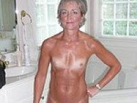 Hot amateur MILFS posting Naked on video