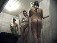 3 naked beauties filmed in swimming pool\'s shower