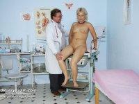 Older mummy Romana gets vagina medical tool examined at gyno clinic