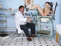 Skilled specialist gyno pussy speculum examination curious mama at examination room