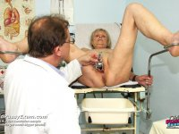 Skilled woman doctor pussy gyno speculum kinky exam old madam at kinky clinic